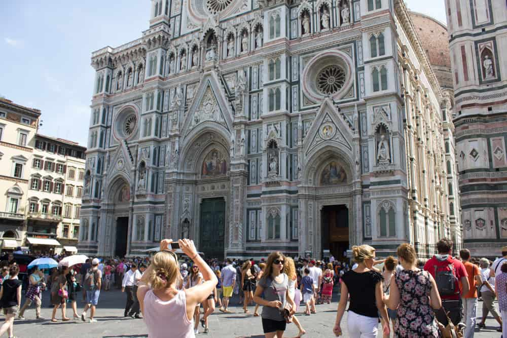 Cathedral in Florence, Italy surrounded by crowds of people taking photos - truth behind the photo