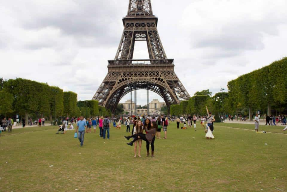 Girls in front of the Eiffel Tower in Paris