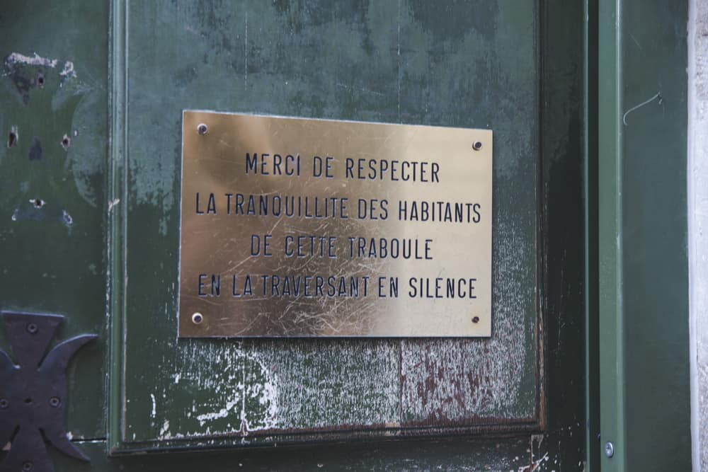 This bronze plaque reminds us to respect those living in the traboules of Lyon!