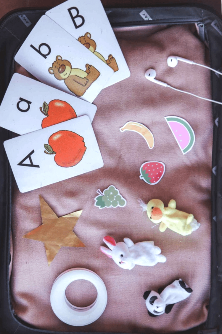 Props for online English teachers, including Aa and Bb flashcards, a gold star, rabbit and duck finger puppets, paper fruit, a ring light, and headphones